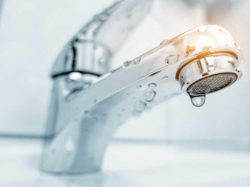 Tropfender Wasserhahn: zeit für eine neue Sanitärinstallation